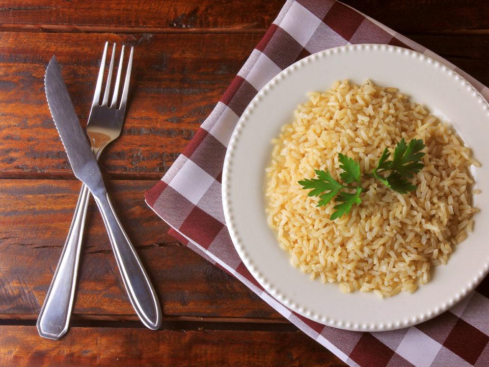 Arroz integral emagrece? Engorda? Faz bem pra saúde? Descubra mitos e verdades sobre o arroz integral!